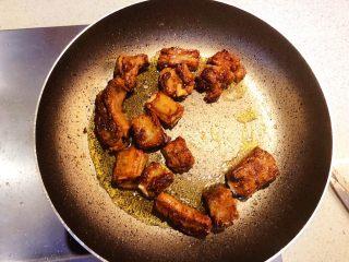 青椒煎排骨,小火慢煎至两面金黄。