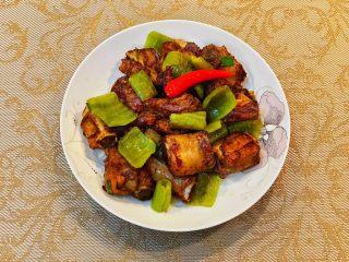 青椒煎排骨,排骨又香又酥,青椒也很入味,非常下饭。