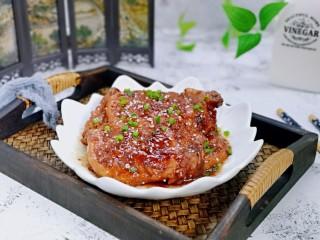 浓油赤酱红烧大排,盛出装盘,撒上葱花,特别特别好吃。哈