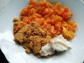 鱼松咸蛋黄馅青团,将咸蛋黄切丁,加鱼松和猪油混合,放微波炉加热1分钟