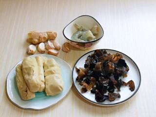 素鸡木耳炒虾仁,准备食材,黑木耳提前泡发。
