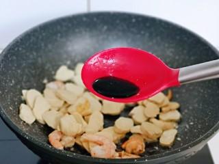 素鸡木耳炒虾仁,加入生抽。