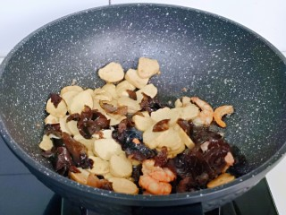 素鸡木耳炒虾仁,加入泡发的黑木耳。