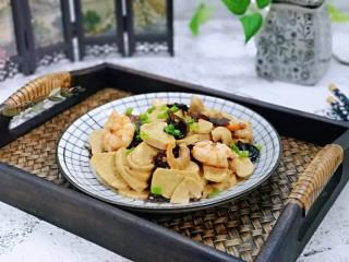 素鸡木耳炒虾仁,盛出装盘撒上葱花。