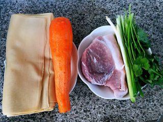 京酱肉丝,准备原材料猪肉、豆皮、胡萝卜、香菜、葱还有忘了拍的黄瓜噢