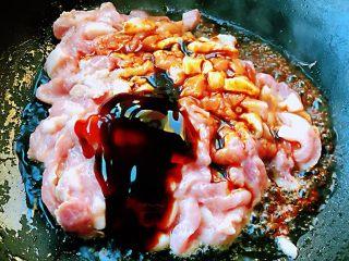 京酱肉丝,锅中倒入油加热至六成热放入煨制好的肉丝再倒入一品鲜酱油、蚝油