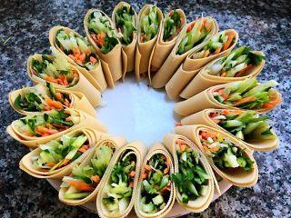 京酱肉丝,豆皮菜卷依次摆入盘中摆成花朵形美极了
