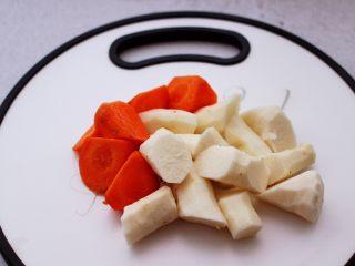 虫草花山药炖排骨,铁杆山药去皮后洗净用刀切成滚刀块,胡萝卜洗净后也切成滚刀块。