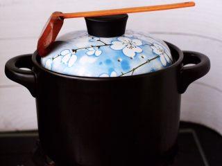 虫草花山药炖排骨,盖上锅盖炖煮半个小时。