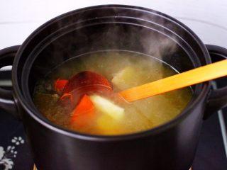 虫草花山药炖排骨,大火煮沸后,继续炖煮15分钟后。