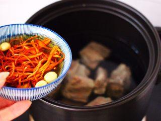 虫草花山药炖排骨,砂锅里一次性加入清水,把焯过水的排骨放入后,放入浸泡好的调料。