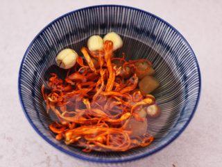 虫草花山药炖排骨,把所有的调料混合在一起,用清水浸泡15分钟。