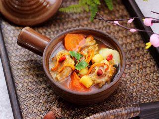 虫草花山药炖排骨,啦啦啦,营养丰富的虫草山药排骨汤就出锅咯,撒上枸杞和香菜段。