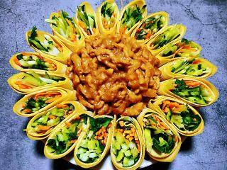 京酱肉丝,将炒好的肉丝摆在菜卷的中间就大功告成啦