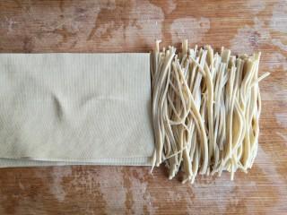 大煮干丝,千张(豆腐皮)洗净,切细丝。(尽可能的越细越好,容易入味)