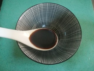 五花肉焗南瓜,现在准备调料,准备一个小碗,倒一汤匙生抽