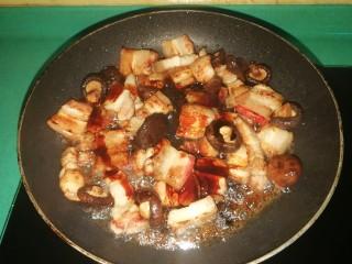 五花肉焗南瓜,接着放入料酒和调好的调料