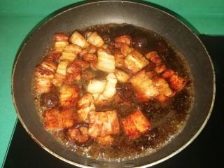 五花肉焗南瓜,倒入泡香菇的水,盖上盖子焖至汤汁浓稠