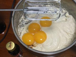 什锦果酱蛋糕卷,加入蛋黄和香草精,继续搅打均匀。