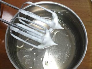 什锦果酱蛋糕卷,玉米油和清水混合,加盐用打蛋器低速搅拌至融合。