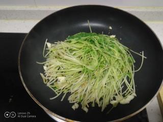 清炒水培芽苗菜、黄瓜丝,放入芽苗菜。