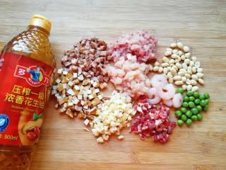 金牌八宝辣酱,除虾仁外,将其它食材都切成小丁。