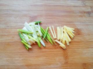金牌八宝辣酱,葱姜洗干净切成丝。