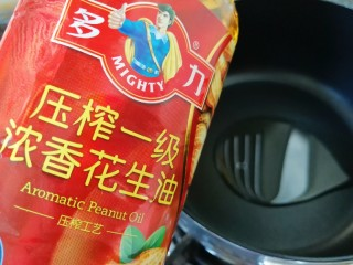 金牌八宝辣酱,另起一个不粘锅,倒入多力浓香花生油。