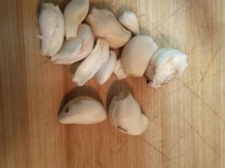 日式炸鸡块,切半个大蒜头,我比较喜欢吃蒜味,所以多切了一点。
