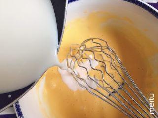 半熟芝士,牛奶温热,分次倒入蛋黄糊,边倒边搅匀,使其彻底融合