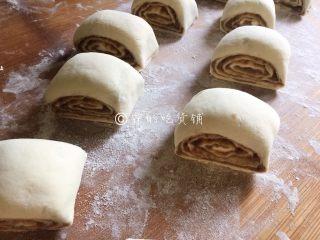 豆沙白玉卷,卷完后,切成合适的大小,进行二次发酵(夏季20分钟左右,冬季时间要长些)。