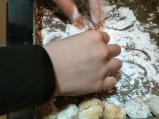日式炸鸡块,把鸡肉拍上薄薄的一层淀粉,