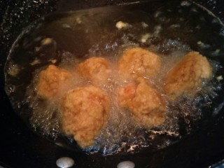 日式炸鸡块,再炸4分钟。炸到表面金黄,要翻动,使几会上色更均匀哦。