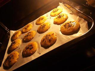 花生酥饼,12.烤箱上下火160度,预热10分钟