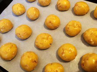 花生酥饼,8.把面团揉搓成20g大小的小球