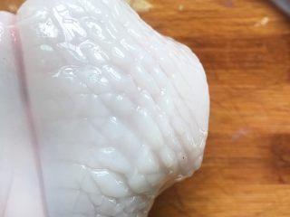荷兰豆炒鱿鱼,处理干净后的鱿鱼如图一样划出花纹