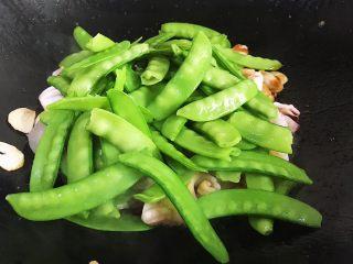 荷兰豆炒鱿鱼,倒入荷兰豆翻炒均匀 一两分钟后调入合适自己的食盐 鸡精等便可出锅