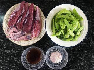 荷兰豆炒鱿鱼,食材准备:  荷兰豆300克 鱿鱼4只 蚝油100克 食盐适量 大蒜2-3瓣 红辣椒1-2根 色拉油适量