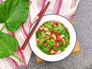 荷兰豆炒鱿鱼,喜欢辣椒的可以放一点点辣椒