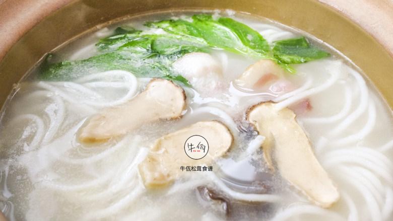 视频 松茸鸡汤米线 牛佤松茸食谱