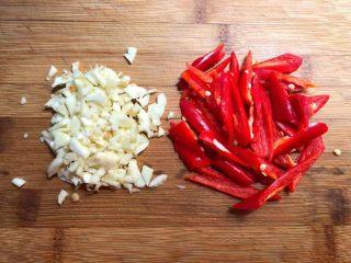 四季豆炒蛤蜊肉,红辣椒清洗干净,去掉辣椒籽,切成滚刀块,蒜去掉外皮,清洗干净切成末待用。