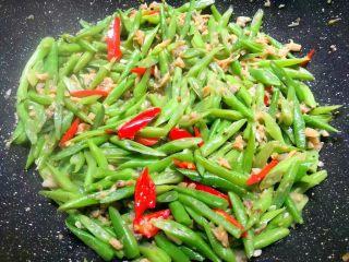 四季豆炒蛤蜊肉,四季豆炒熟以后,加入适量鸡精翻炒均匀即可出锅。