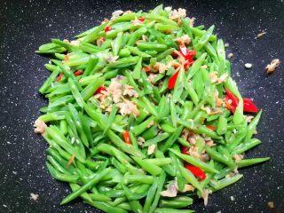 四季豆炒蛤蜊肉,再倒入四季豆翻炒一下,加入蚝油,适量盐翻炒至入味。