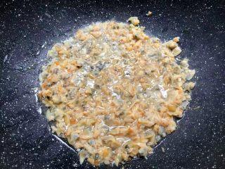 四季豆炒蛤蜊肉,把蛤蜊干倒入翻炒2分钟。