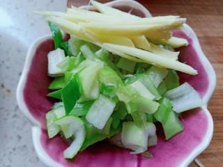 番茄酱豆干炒虾仁,葱姜切碎