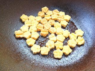 番茄酱豆干炒虾仁,放油锅里煎至两面金黄