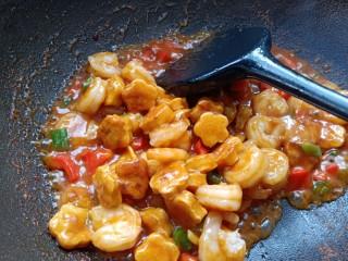 番茄酱豆干炒虾仁,待虾仁和豆干裹满料汁,盛出装盘。