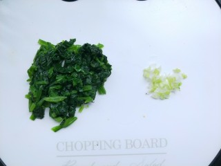 菠菜鸡蛋糕,捞出攥干水分,切碎,如果小宝宝吃,可以切的更碎一些。再切一点点葱花。