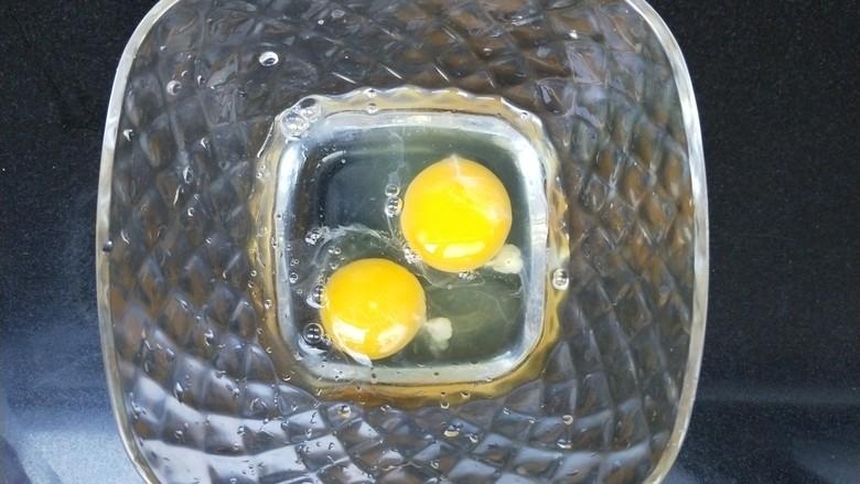 菠菜鸡蛋糕,鸡蛋打入碗中,加50ml水。