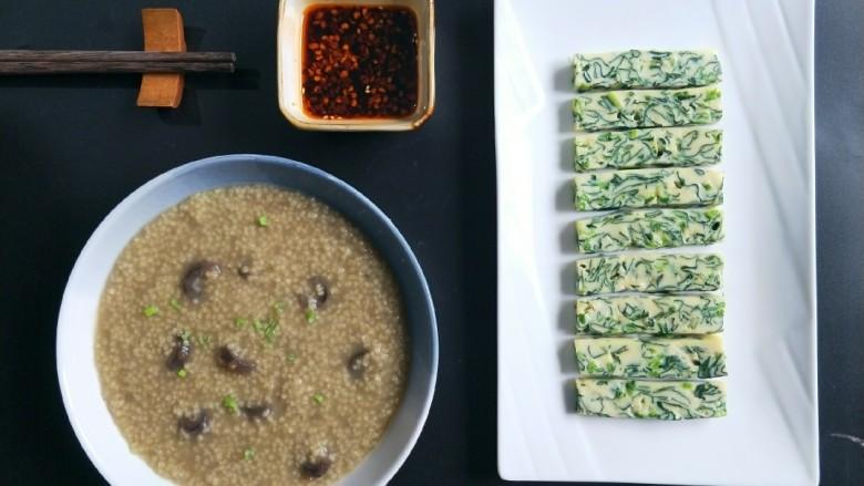 菠菜鸡蛋糕,配上熬好的海参小米粥做早餐。